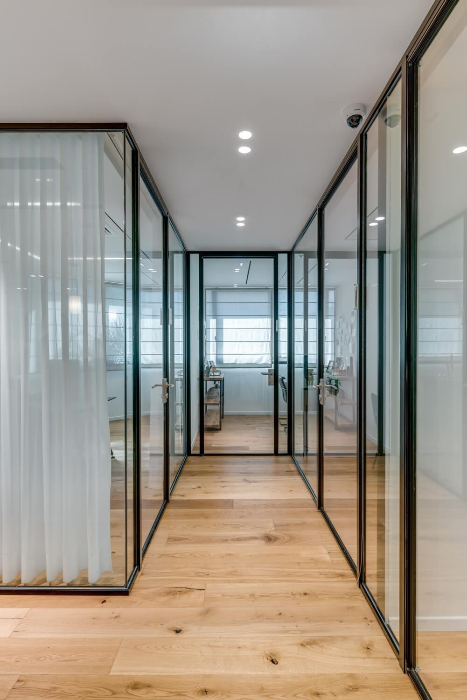 משרד רוח קירות זכוכית עם וילונות לבנים