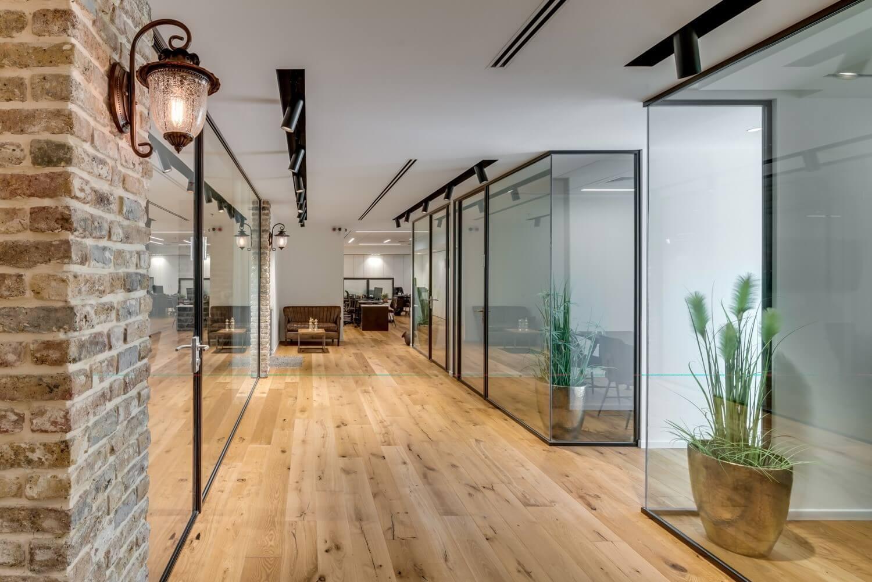 משרד רוח קירות זכוכית